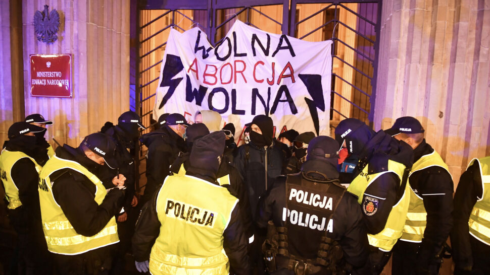 Protest przed siedzibą MEN. Demonstrujący przykuli się do bramy