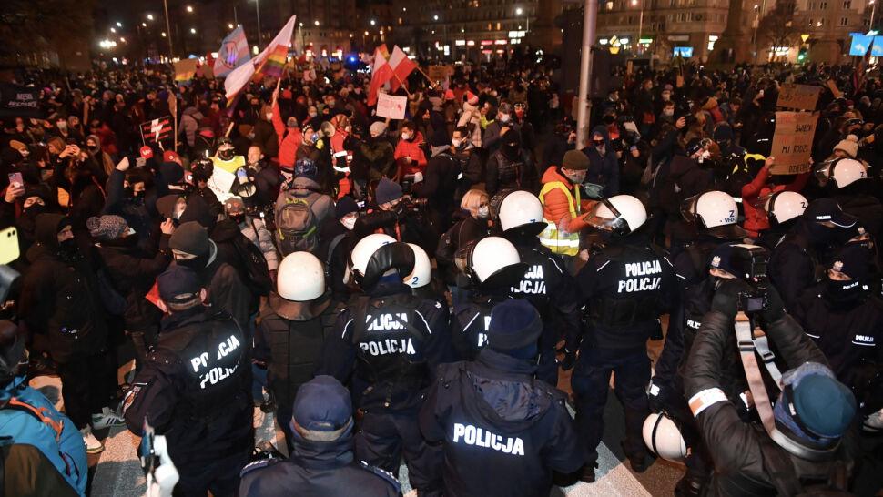 """""""Nie poddajemy się i nie poddamy się"""". Protesty w wielu miastach"""