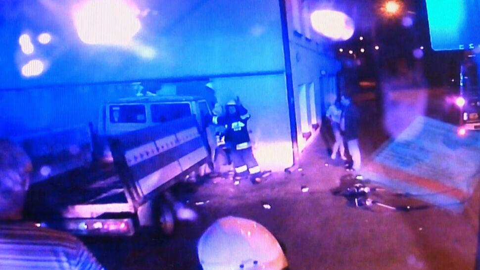 Wypadek w Jezioranach. Samochód wjechał do dużego pokoju