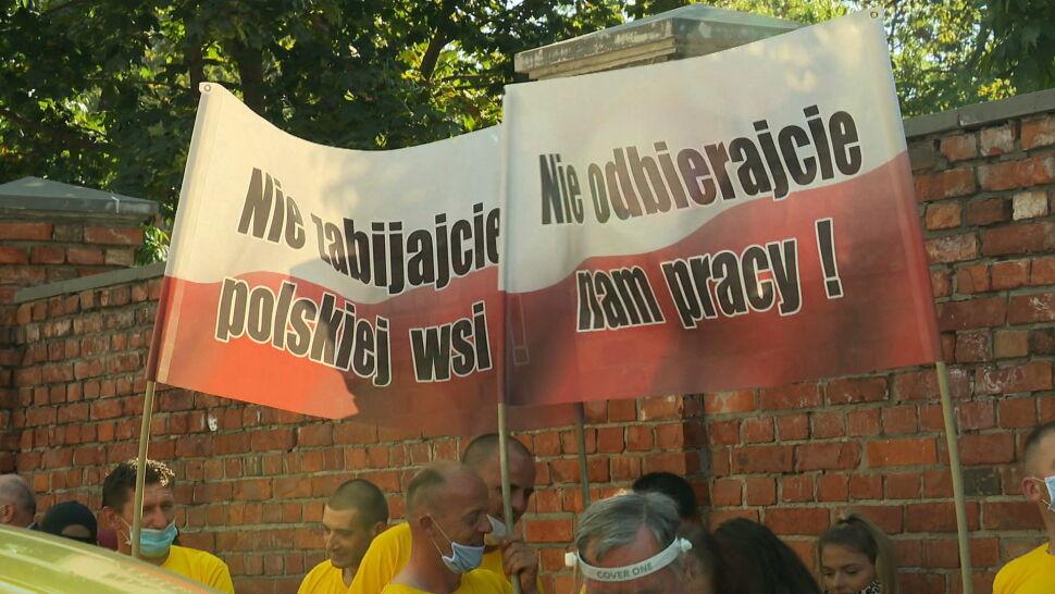 """""""Zostaliśmy oszukani"""". Protest rolników przed siedzibą PiS i przed Sejmem"""
