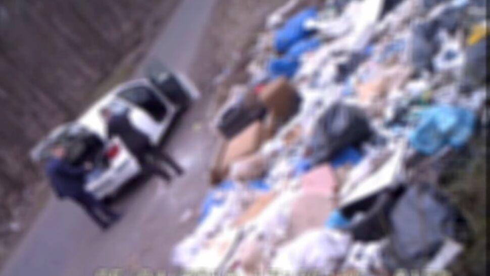Tony odpadków w lesie. Służby inwestują w fotopułapki
