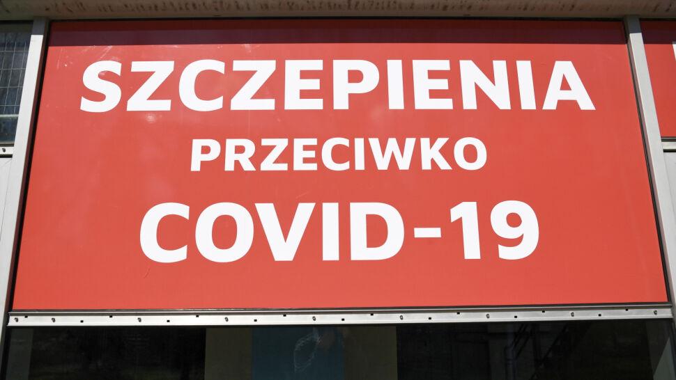 """Jeden zamiast trzynastu punktów szczepień w Warszawie? """"To są już himalaje chaosu"""""""