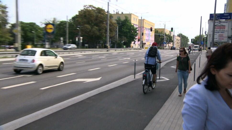 Słupki miały chronić rowerzystów. Teraz rowerzyści przewracają się o nie
