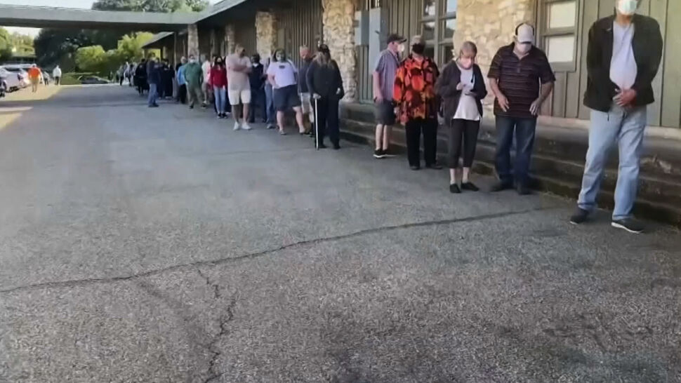 Wcześniejsze głosowanie w niektórych stanach USA. Gigantyczne kolejki do lokali wyborczych