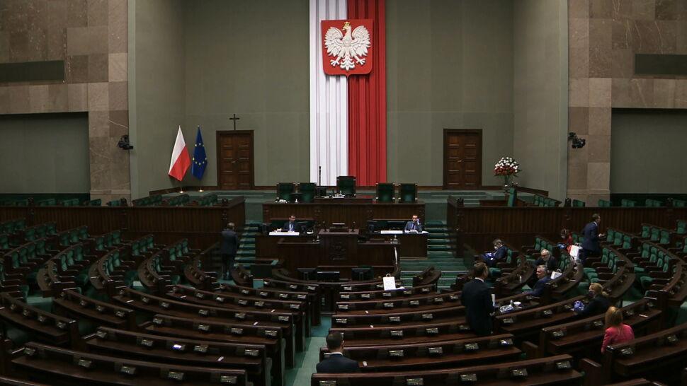 Maseczki, rękawiczki i posłowie w kilkunastu salach. Tak obraduje Sejm w czasie epidemii