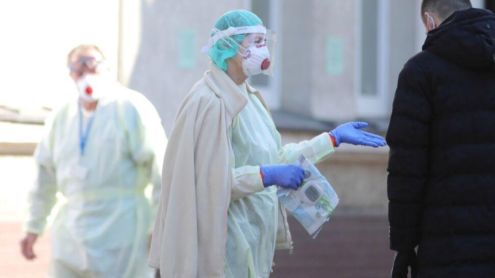 """Rośnie liczba przypadków SARS-CoV-2 w Polsce. """"System ochrony zdrowia jest przeciążony"""""""