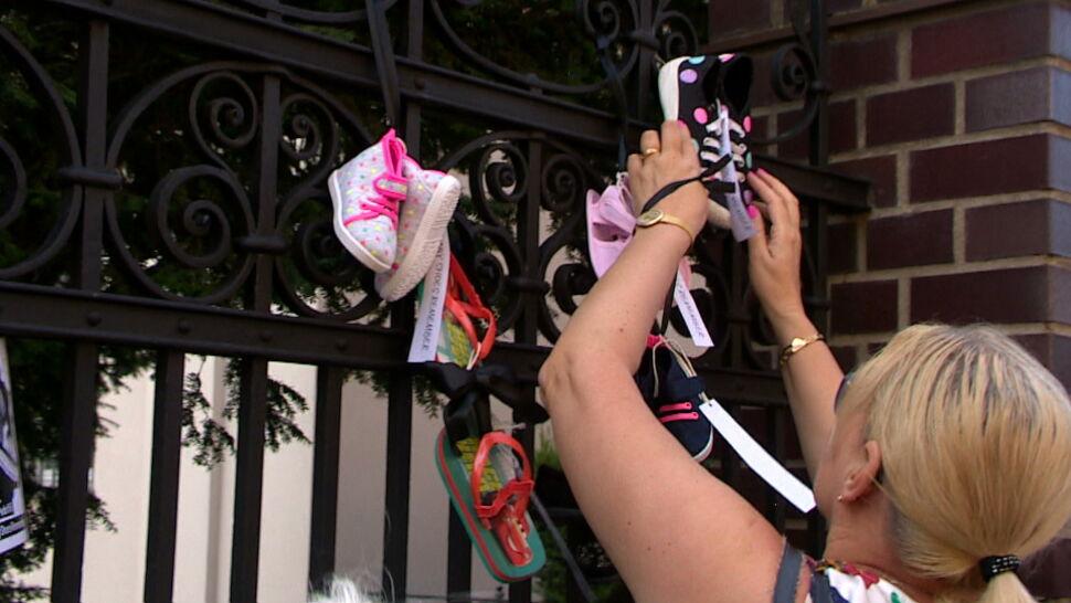 """Dziecięce buciki na kościelnych płotach. """"Te buciki są symbolem naszego cierpienia"""""""