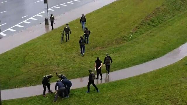 11.10.2020 | Granaty hukowe, armatki wodne. W Mińsku doszło do kolejnych starć z milicją