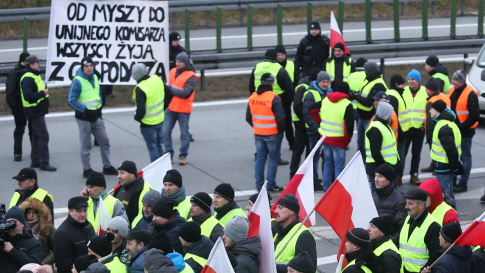 Kolejna blokada. Rolnicy pieszo ruszyli trasą S8 z Rawy Mazowieckiej do Warszawy