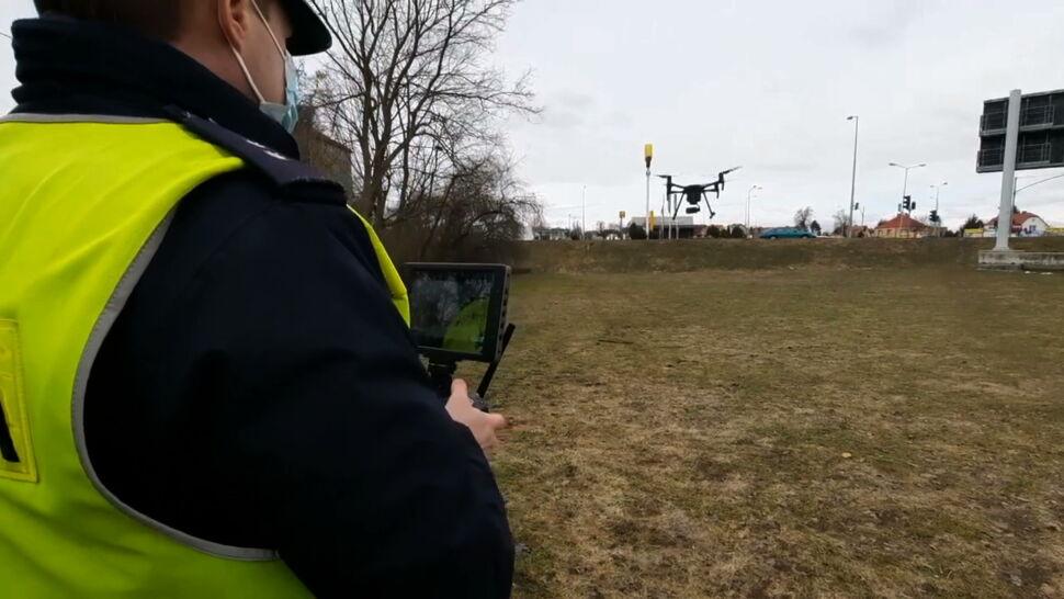 """Policja coraz chętniej korzysta z dronów. """"Sprawdzamy, czy kierowcy przestrzegają przepisów"""""""
