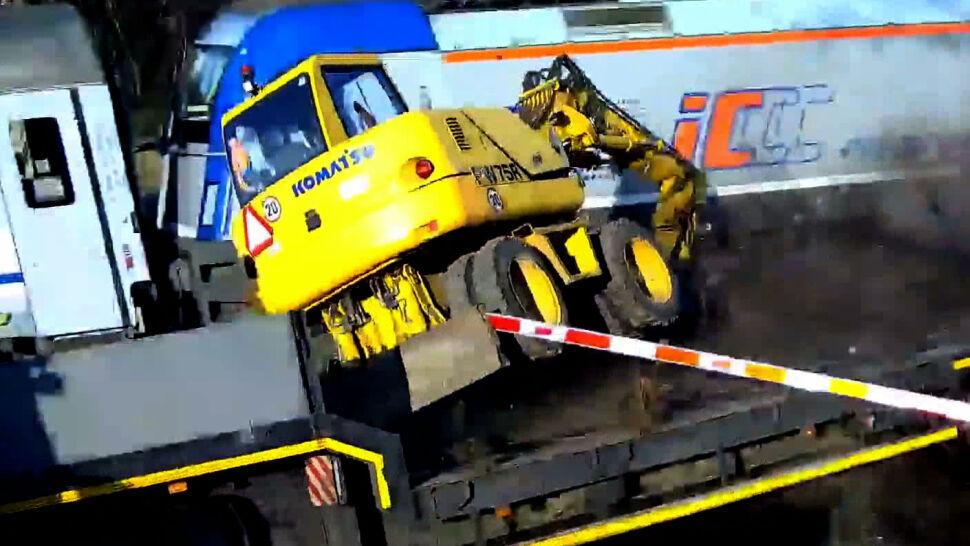 Dramatyczne nagranie z przejazdu kolejowego. Pociąg uderzył w ciężarówkę