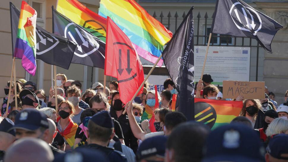 """""""Nie zamierzamy się ukrywać"""". Przemoc wobec osób LGBT w Polsce"""
