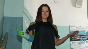School friends made a prosthetic arm for Kinga who wants to be a car mechanic