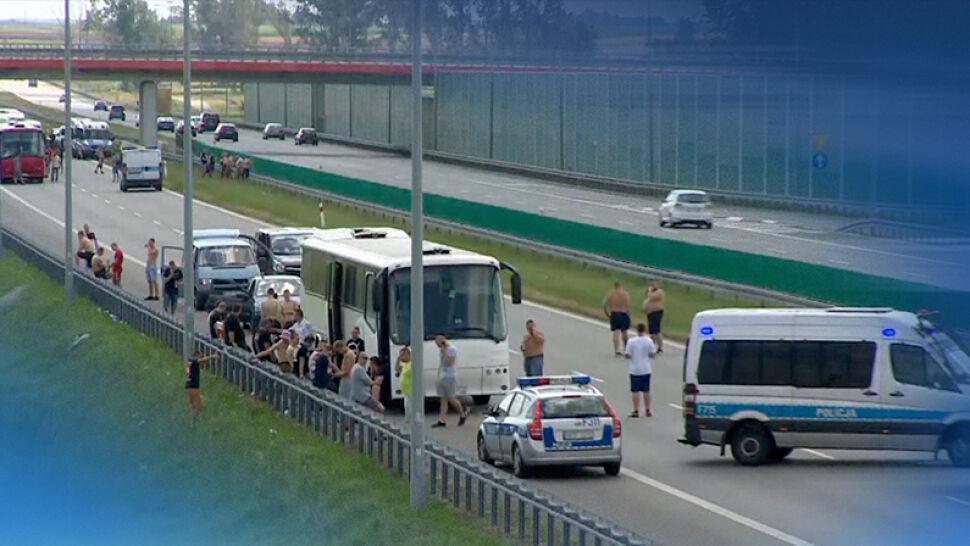 Bójka kibiców na A1. Droga zablokowana, trzy osoby ranne