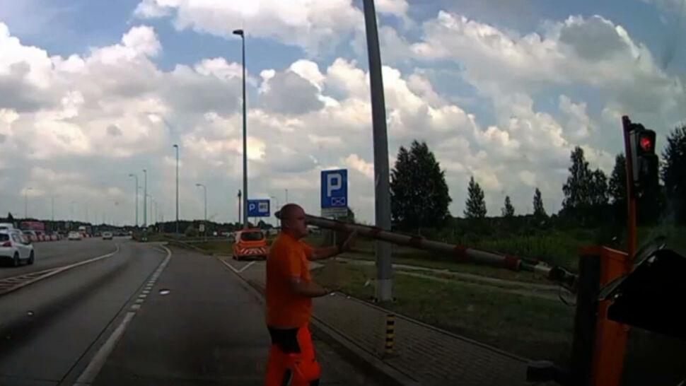 Karetka utknęła przed bramkami na A1. Kierowca musiał wziąć szlaban w swoje ręce