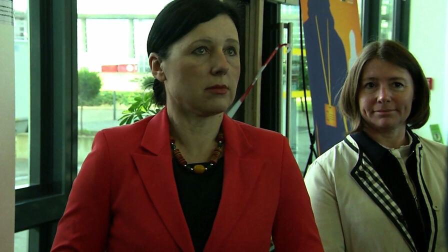 Napięcie na linii Warszawa-Bruksela. Vera Jourova jest już w Polsce