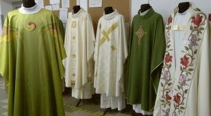 Specjalne ornaty dla papieża. Padają oskarżenia o