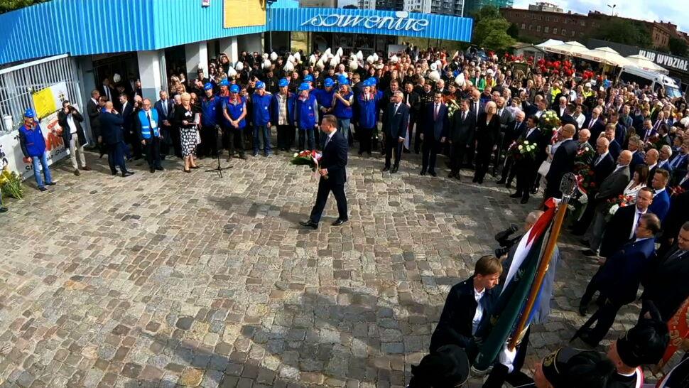Bez nazwiska Wałęsy, bez tablicy ku czci Kaczyńskich. Ale wciąż w cieniu podziału