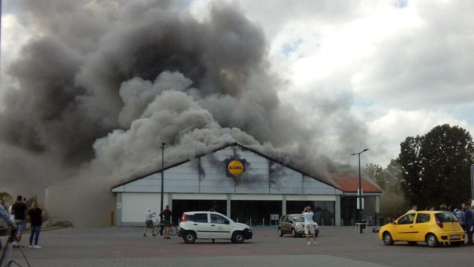 Lidl w Radomsku doszczętnie spłonął. Ofiar nie ma, ale strażacy się upewniają