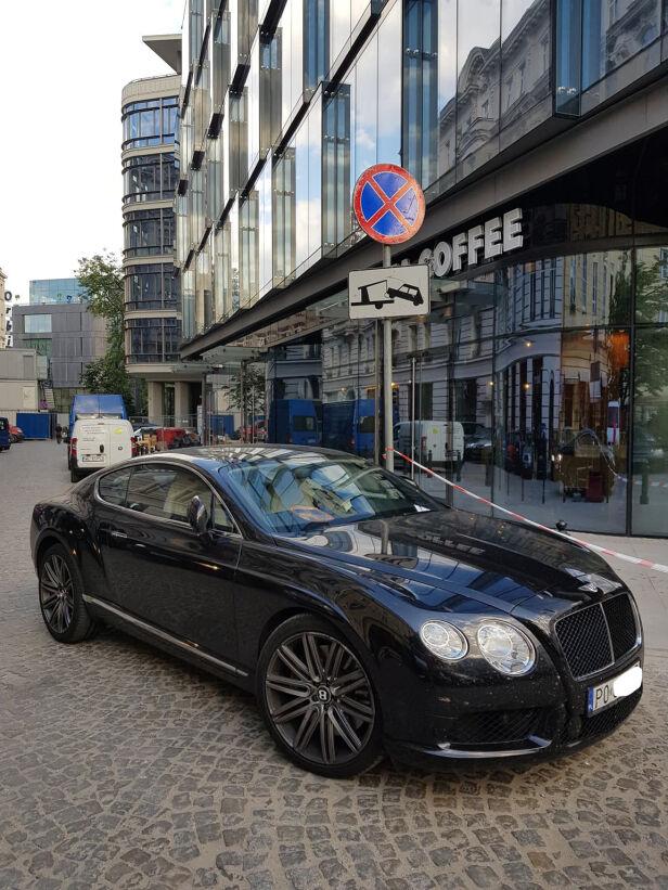 Bentley zaparkowany przy zakazie postoju Artur Kurasiński - przedsiębiorca i bloger