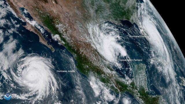 Trzy potężne żywioły na jednym zdjęciu. Szczyt sezonu na huragany