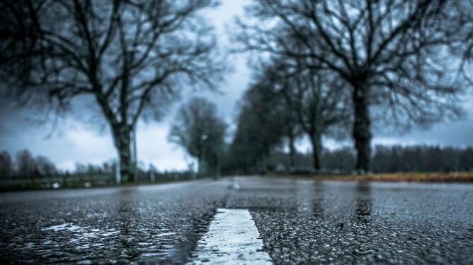 Deszcz w połowie Polski. Drogi będą śliskie