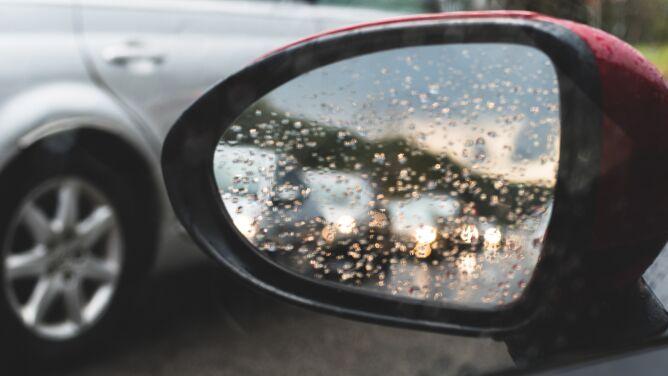 Deszcz i porywisty wiatr utrudnią podróżowanie