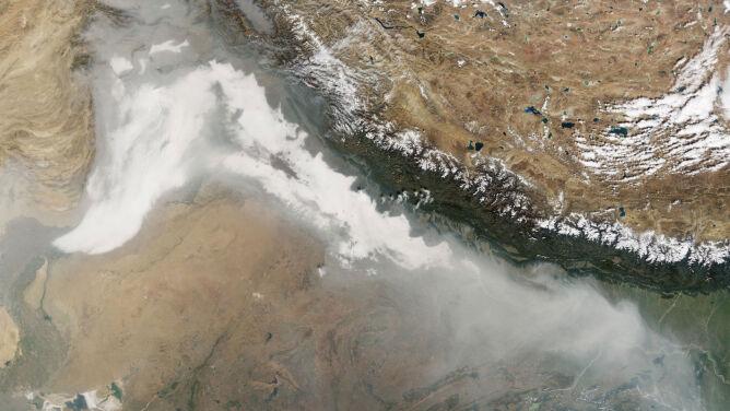 Złowieszcza chmura pełznie nad Indiami